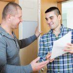 Personal intervjuar klient i bostad först boende