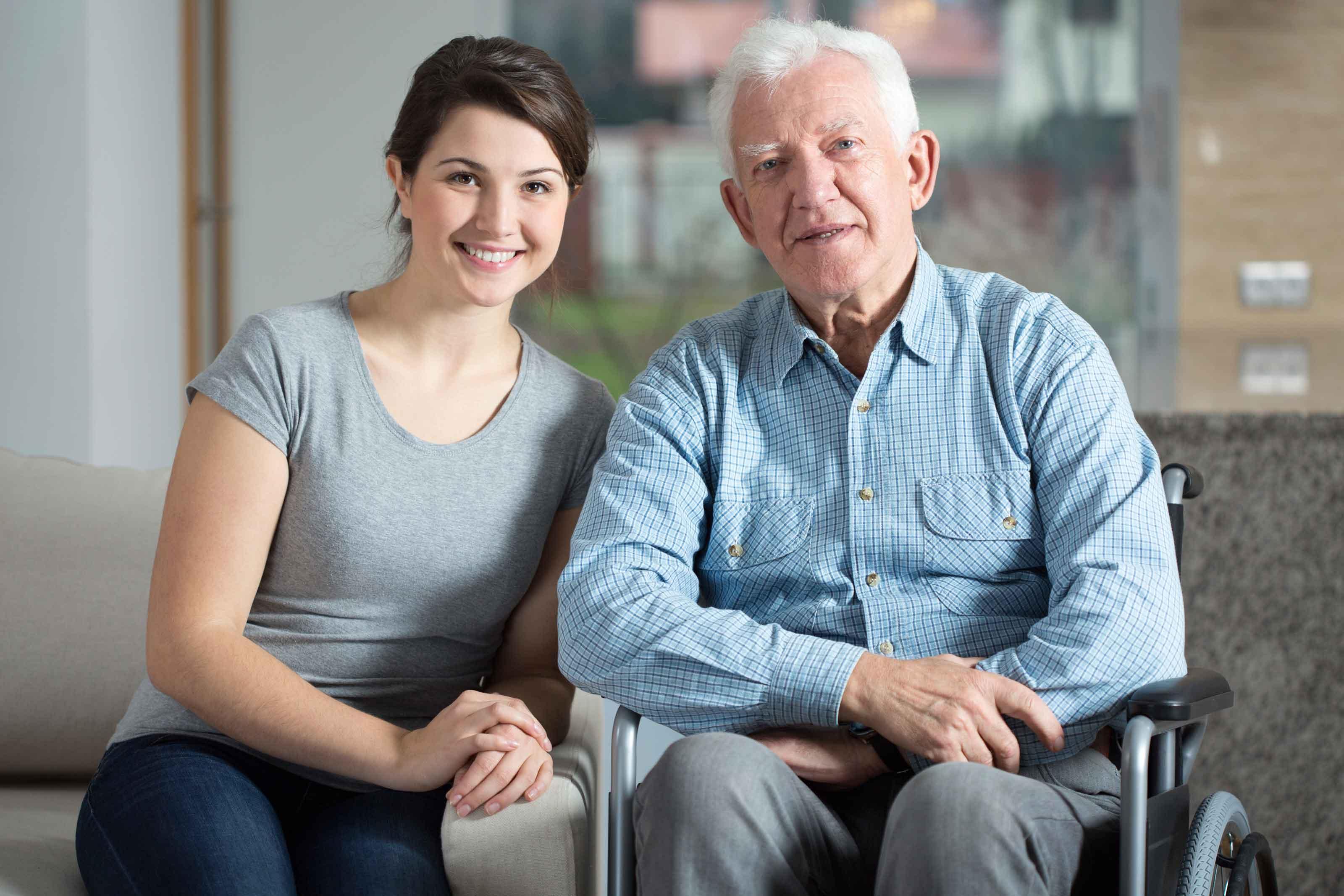 äldre man och ung kvinna i hemtjanst diosentic systems systematisk uppfoljning